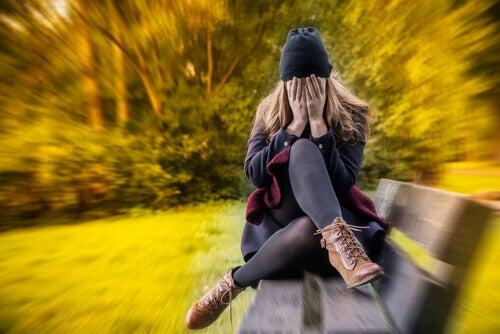 Meisje in het park met een gegeneraliseerde angststoornis