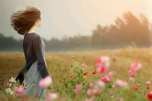 Vrouw in een winderig veld