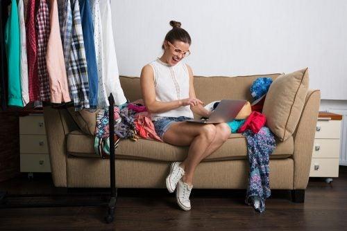 Vrouw met te veel kleding
