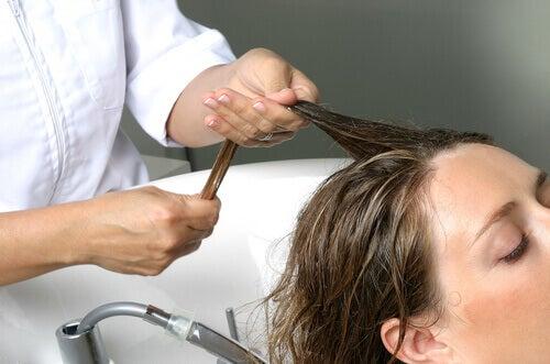 Haaruitval voorkomen met lotion en hoofdhuid-massage