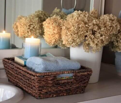 Mandje met badkamerspullen