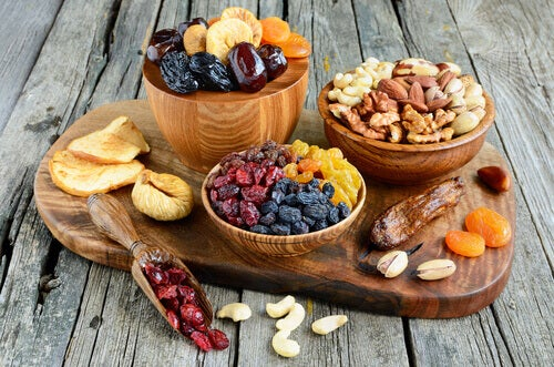 Allerlei verschillende soorten gedroogd fruit en noten