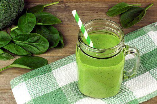 Groene smoothie om de leverfunctie te verbeteren en kraaienpootjes tegen te gaan