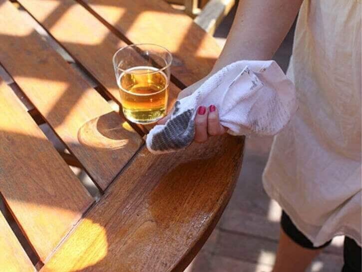 Bier gebruiken om hout schoon te maken
