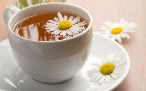 Lekker kopje kamillethee als natuurlijk middel tegen amenorroe