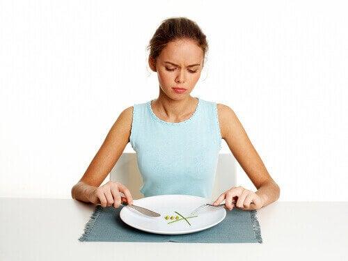 Meisje met een onverzadigende ontbijt
