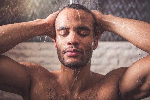 Man die onder de warme douche staat