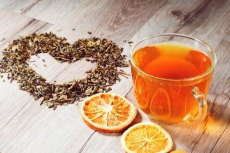 Thee van sinaasappelschil