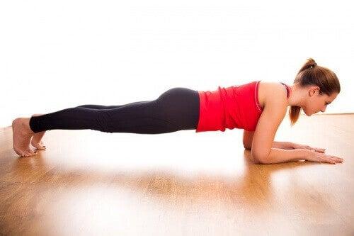 Thuis je buikspieren trainen door de plank te doen