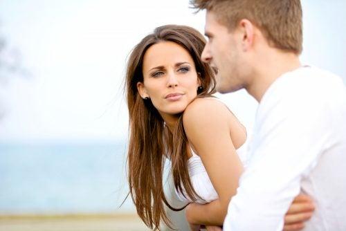 Een man en een vrouw die communiceren met hun lichaamstaal