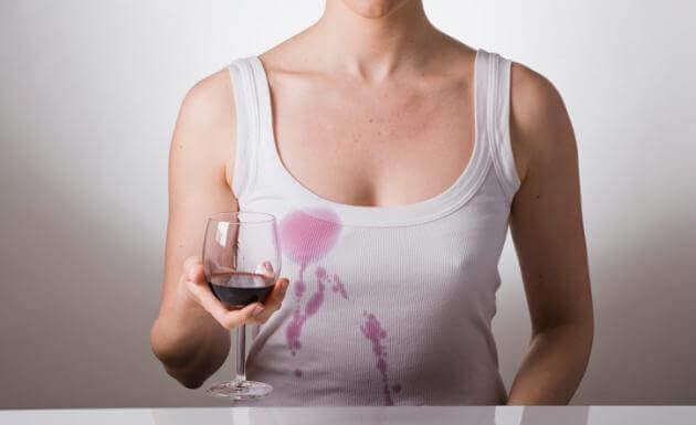 Wijnvlekken verwijderen is een van de manieren om bier te gebruiken