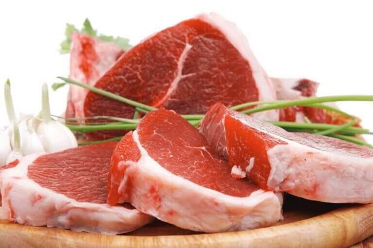 Grote stukken rood vlees