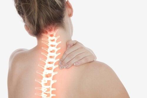 Vrouw die last heeft van pijn in haar rug