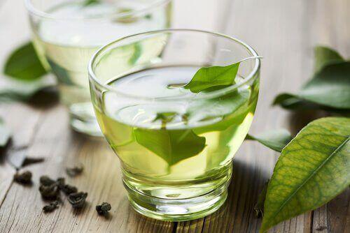 Groene thee is een van de soorten thee om je lichaam te ontgiften