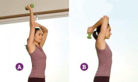 Slappe armen verstevigen door de biceps te strekken