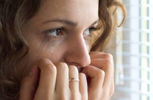 Vrouw die last heeft van nachtelijke paniekaanvallen