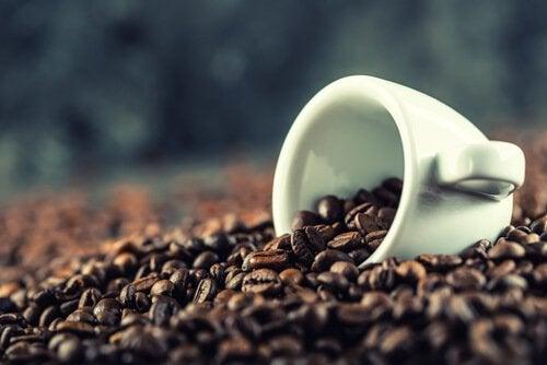 Kopje met koffiebonen