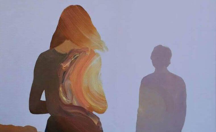 Vrouw die schaduw van man achterna loopt