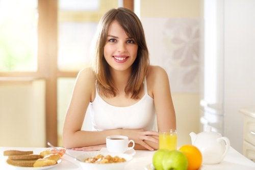 Jonge vrouw die weet dat niet goed ontbijten slecht voor haar is