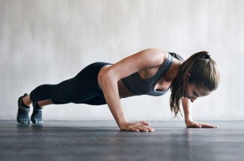 Vrouw doet push-ups