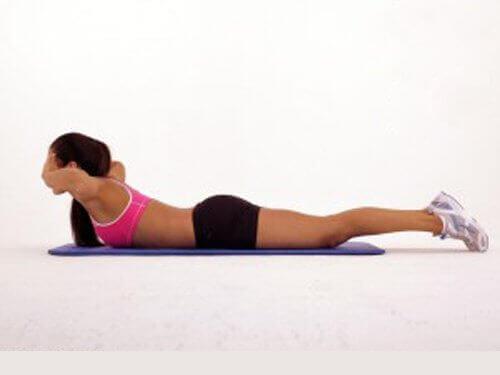 Vrouw doet de tegengestelde plank op yogamat