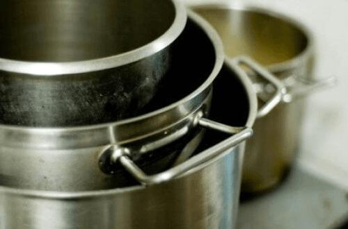 Een van de toepassingen van aluminiumfolie is pannen reinigen