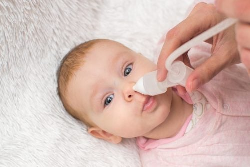 Een zoutoplossing gebruiken als alternatief voor Vicks VapoRub voor kinderen