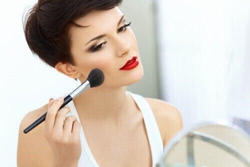 Vrouwen met een lichte huid kunnen bronzer en blush gebruiken