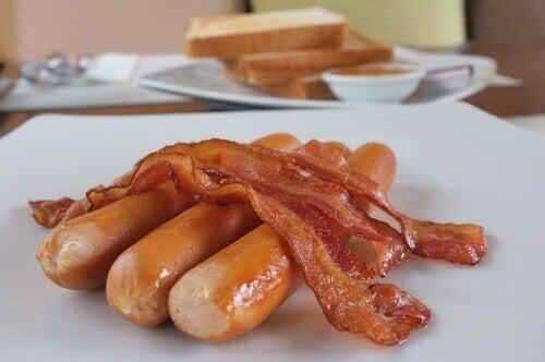 Slechte voeding is een van de dingen die hoog cholesterol veroorzaken