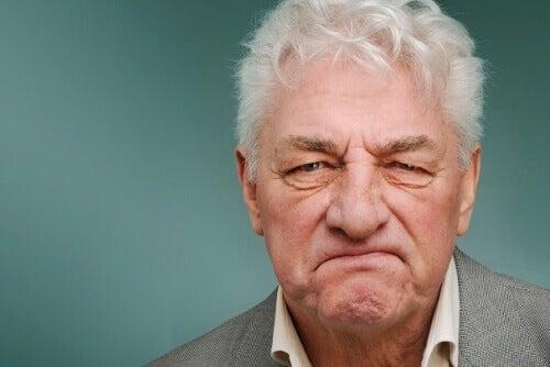 Oudere man die last heeft van een van de vormen van dementie