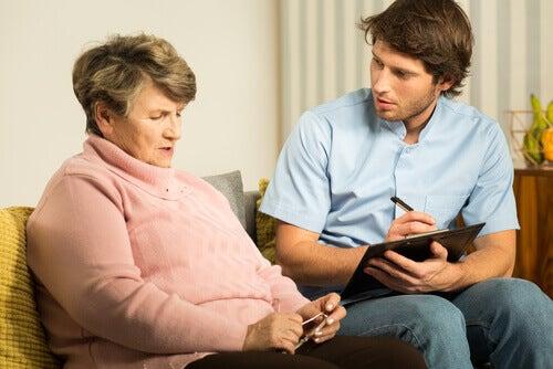 Vrouw die last heeft van geheugenverlies en hierover praat met een deskundige
