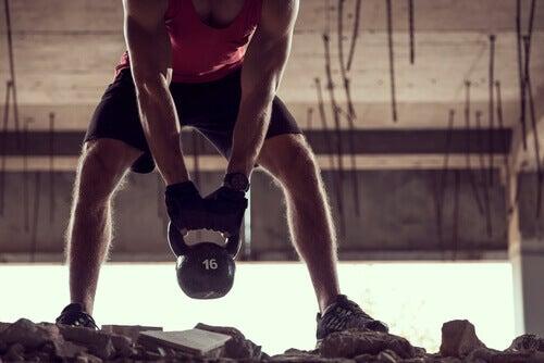Man die traint met een gewicht, wat kan leiden tot een liesbreuk