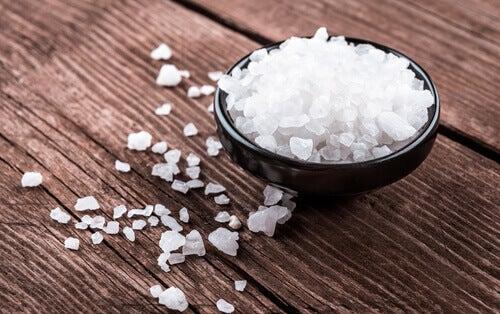 Witte aanslag op de tong en grof zout