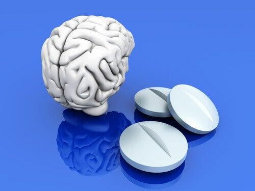 Een stel hersenen met drie medicijnen ernaast
