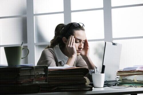 Vrouw met stresshoofdpijn