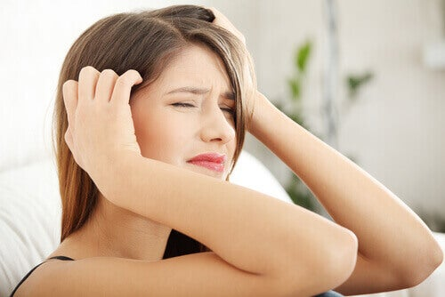 Vrouw die lijdt aan de symptomen van stresshoofdpijn