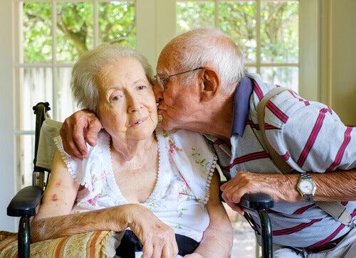 Oud koppel waarbij de vrouw lijdt aan een van de vormen van dementie