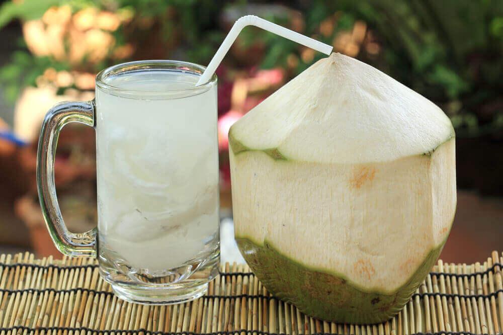 Behandeling van blaasinfecties: kokoswater en citroen