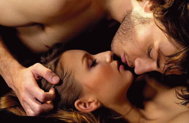 Stimuleer de clitoris met de tong en door te zuigen
