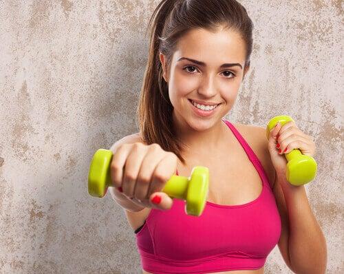 Slanke armen door oefeningen te doen