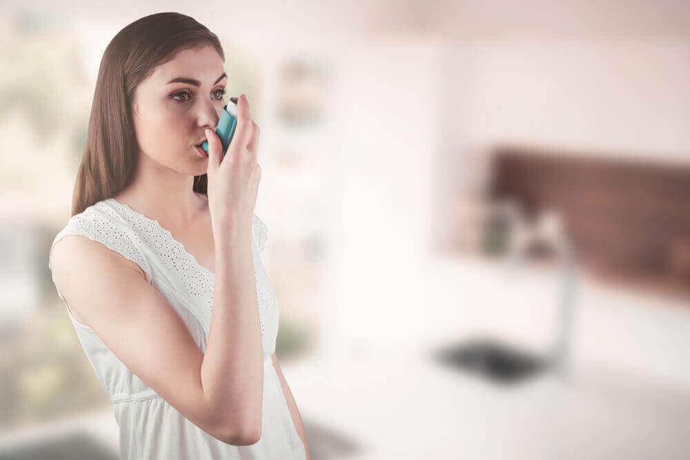 Vrouw probeert de symptomen van astma onder controle te houden