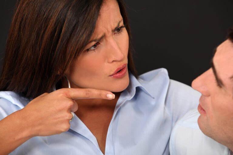 Vrouw die kritiek levert op haar partner