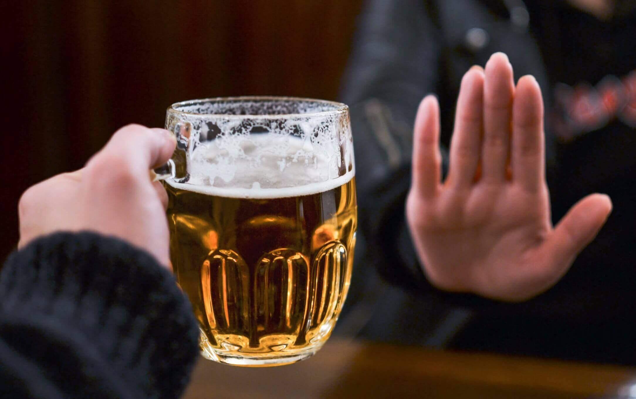 Vrouw die een glas bier krijgt aangeboden