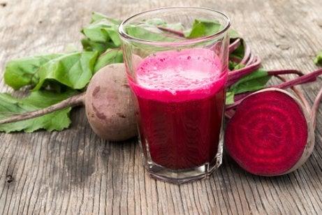 Lage bloeddruk behandelen door bietensap te drinken