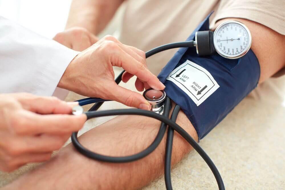 Man die zijn bloeddruk laat opmeten
