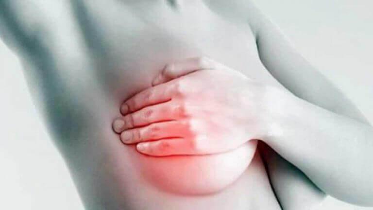 Vrouw die een borstonderzoek doet bij zichzelf