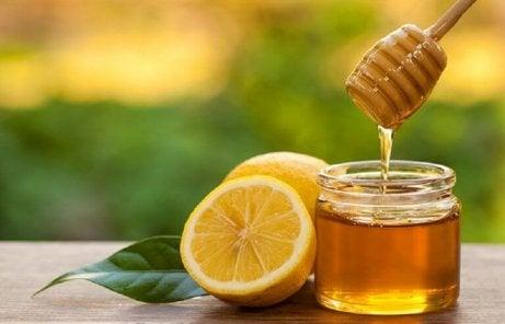 Honing en citroen zijn natuurlijke middeltjes tegen keelpijn