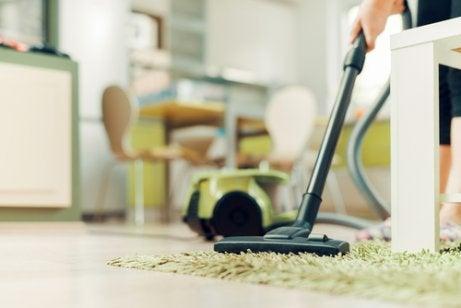 Reinig de meubelen en de vloeren om luizen te verwijderen