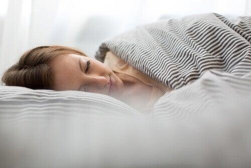 Vrouw die lekker ligt te slapen