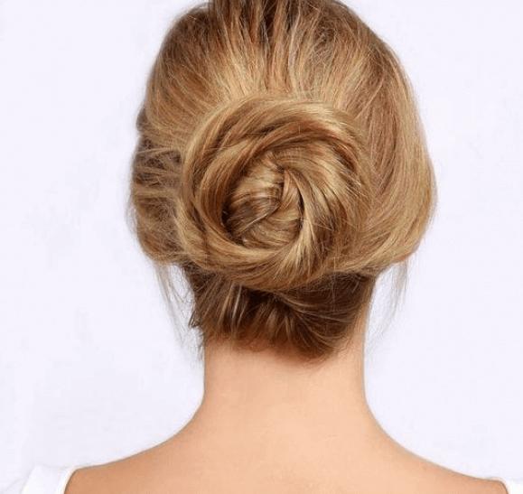 Vrouw met een knotje in haar haar